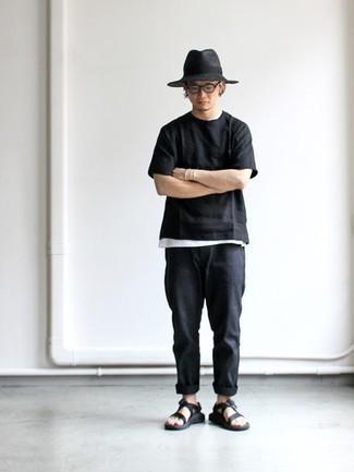 Come indossare e abbinare un borsalino di lana grigio scuro: Prova a combinare una t-shirt girocollo nera con un borsalino di lana grigio scuro per un'atmosfera casual-cool. Scegli un paio di sandali di tela neri come calzature per avere un aspetto più rilassato.
