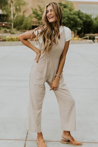 Come indossare e abbinare una tuta beige: Vestiti con una t-shirt girocollo bianca e una tuta beige per essere casual. Sfodera il gusto per le calzature di lusso e scegli un paio di sabot in pelle marrone chiaro come calzature.