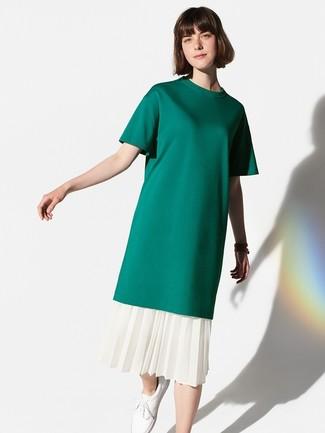 Come indossare: t-shirt girocollo verde scuro, gonna longuette a pieghe bianca, sneakers basse in pelle bianche