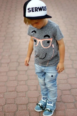 Come indossare: t-shirt stampata grigia, jeans azzurri, sneakers azzurre, berretto da baseball bianco e nero