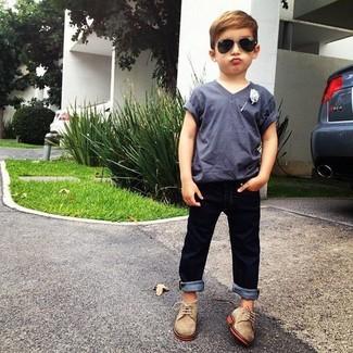 Come indossare: t-shirt grigia, jeans blu scuro, scarpe oxford marrone chiaro