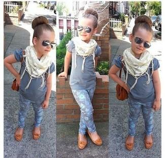 Come indossare e abbinare: t-shirt grigia, leggings grigi, ballerine marrone chiaro, sciarpa bianca