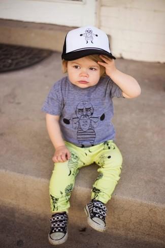 Come indossare e abbinare: t-shirt grigia, pantaloni gialli, sneakers nere, berretto da baseball bianco e nero