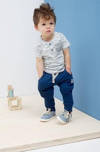 Come indossare e abbinare: t-shirt grigia, pantaloni sportivi blu scuro, sneakers azzurre