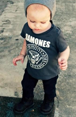 Come indossare: t-shirt grigio scuro, pantaloni neri, stivali neri, berretto grigio