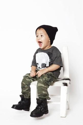 Come indossare e abbinare: t-shirt grigio scuro, pantaloni mimetici verde oliva, stivali neri, berretto nero
