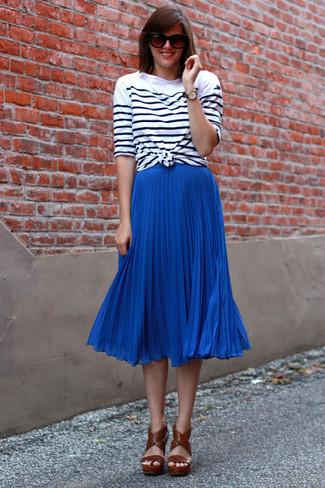 Come indossare: t-shirt manica lunga a righe orizzontali bianca e nera, gonna longuette a pieghe blu, sandali con tacco in pelle marroni