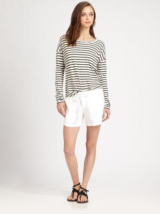 Come indossare e abbinare: t-shirt manica lunga a righe orizzontali bianca e nera, pantaloncini bianchi, infradito in pelle neri