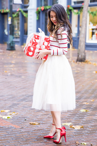 Come indossare: t-shirt manica lunga a righe orizzontali bianca e rossa, gonna a ruota in tulle bianca, décolleté di raso rossi