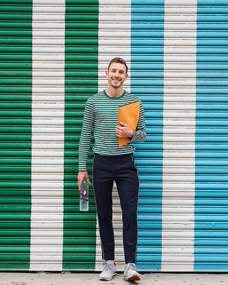 Come indossare: t-shirt manica lunga a righe orizzontali verde scuro, chino in twill a righe verticali neri, scarpe sportive in pelle scamosciata grigie