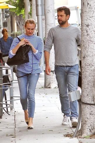 Come indossare: t-shirt manica lunga a righe orizzontali bianca e blu, jeans aderenti strappati azzurri, ballerine in pelle nere e marrone chiaro, borsa shopping in pelle trapuntata nera