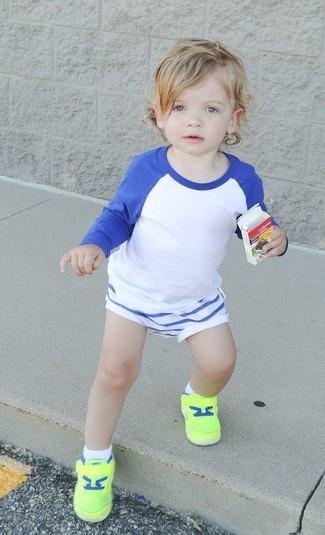 Come indossare: t-shirt manica lunga bianca e blu, pantaloncini bianchi, sneakers lime