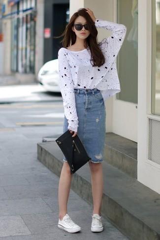 Questa combinazione di una t-shirt a maniche lunghe stampata bianca e nera per donna e una gonna tubino di jeans blu ti permetterà di sfoggiare uno stile semplice nel tempo libero. Per un look più rilassato, mettiti un paio di sneakers basse di tela bianche.