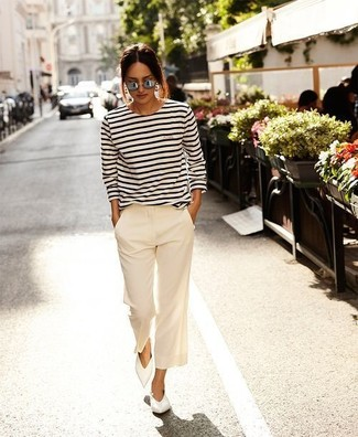Come indossare e abbinare: t-shirt manica lunga a righe orizzontali bianca e nera, pantaloni larghi bianchi, ballerine in pelle bianche, occhiali da sole grigi