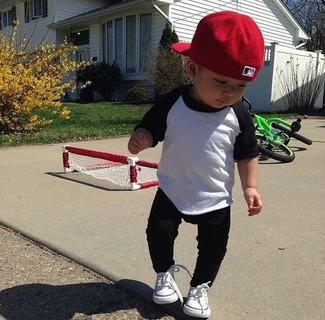 Come indossare: t-shirt manica lunga bianca e nera, pantaloni sportivi neri, sneakers bianche, berretto da baseball rosso