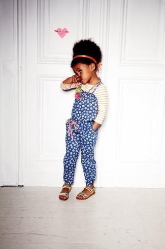 Come indossare: t-shirt manica lunga a righe orizzontali bianca e rossa, salopette stampata blu, sandali con paillettes argento, cerchietto arancione