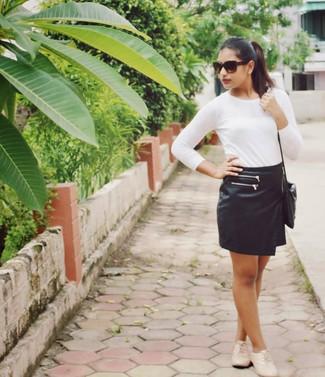 Coniuga una t-shirt a maniche lunghe bianca con una minigonna in pelle nera per affrontare con facilità la tua giornata. Scarpe oxford in pelle beige doneranno eleganza a un look altrimenti semplice.