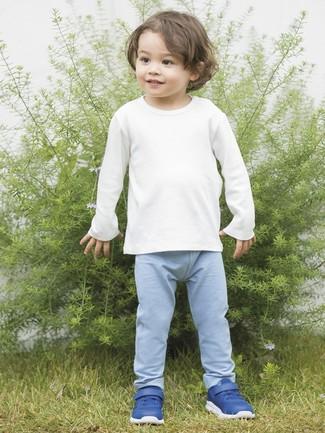 Come indossare: t-shirt manica lunga bianca, pantaloni sportivi azzurri, sneakers blu