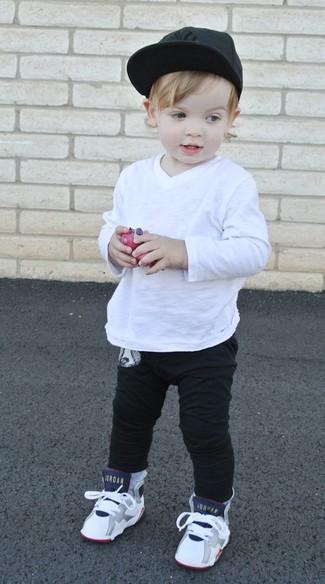 Come indossare: t-shirt manica lunga bianca, pantaloni sportivi neri, sneakers bianche, berretto da baseball nero