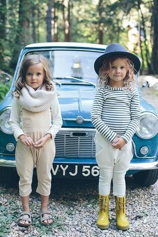 Come indossare: t-shirt manica lunga bianca, salopette beige, sandali grigi, sciarpa bianca