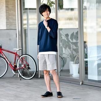 Trend da uomo 2021: Punta su una t-shirt manica lunga blu scuro e pantaloncini grigi per un pranzo domenicale con gli amici. Sfodera il gusto per le calzature di lusso e indossa un paio di scarpe derby in pelle nere.