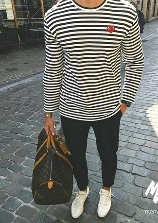 Come indossare e abbinare sneakers basse di tela bianche: Abbina una t-shirt manica lunga a righe orizzontali bianca e nera con chino neri per un look semplice, da indossare ogni giorno. Sneakers basse di tela bianche sono una validissima scelta per completare il look.