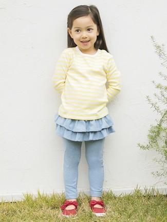 Come indossare e abbinare: t-shirt manica lunga gialla, leggings azzurri, ballerine rosse
