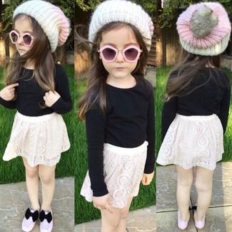 Come indossare e abbinare: t-shirt manica lunga nera, gonna di pizzo bianca, ballerine rosa, cuffia bianco
