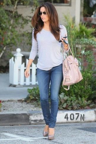 Come indossare e abbinare: t-shirt manica lunga grigia, jeans blu, décolleté in pelle grigi, borsa shopping in pelle rosa
