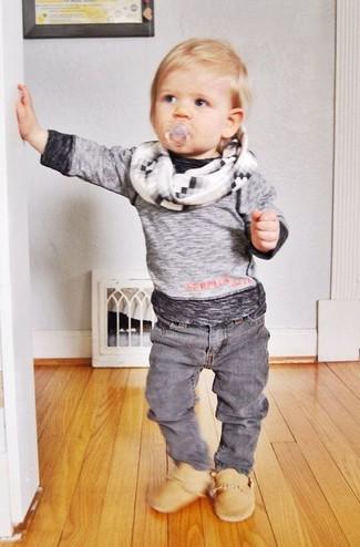 Come indossare: t-shirt manica lunga grigia, jeans grigi, stivali marrone chiaro