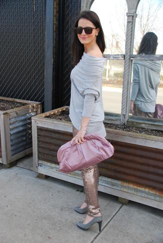 Come indossare: t-shirt manica lunga grigia, pantaloni skinny con paillettes dorati, décolleté in pelle scamosciata grigi, pochette di raso rosa