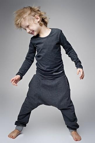 Come indossare: t-shirt manica lunga grigio scuro, pantaloni sportivi grigio scuro