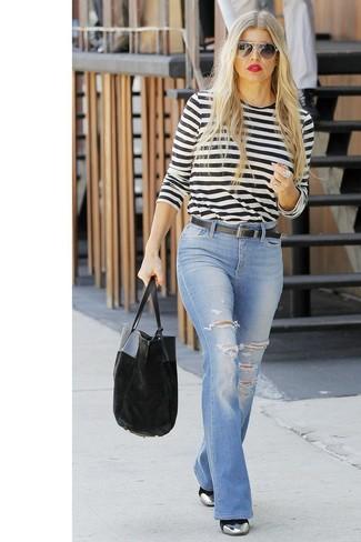 Come indossare: t-shirt manica lunga a righe orizzontali bianca e nera, jeans a campana strappati azzurri, stivaletti in pelle argento, borsa shopping di velluto nera
