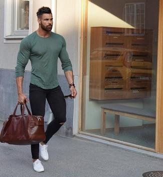 Come indossare e abbinare: t-shirt manica lunga verde oliva, jeans aderenti strappati neri, sneakers basse in pelle bianche, borsone in pelle marrone scuro