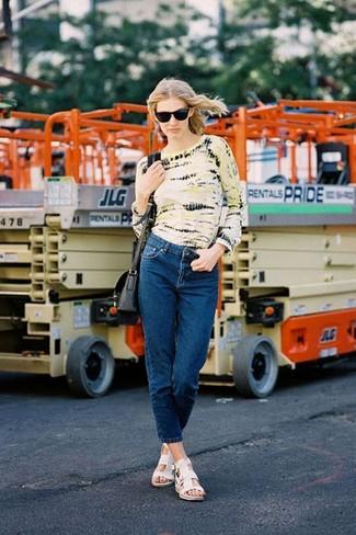 Come indossare e abbinare: t-shirt manica lunga effetto tie-dye gialla, jeans blu scuro, sandali piatti in pelle bianchi, borsa a tracolla in pelle nera
