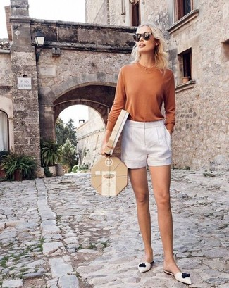 Come indossare e abbinare: t-shirt manica lunga marrone chiaro, pantaloncini bianchi, sabot in pelle bianchi