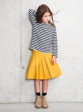 Come indossare e abbinare: t-shirt manica lunga a righe orizzontali nera e bianca, gonna gialla, stivali in pelle scamosciata beige, calzini neri