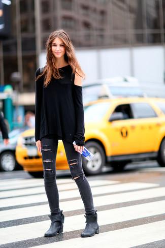 Come indossare: t-shirt manica lunga nera, jeans aderenti strappati grigio scuro, stivaletti in pelle neri