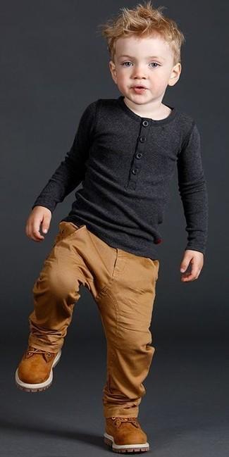 Come indossare: t-shirt manica lunga nera, pantaloni marrone chiaro, stivali terracotta