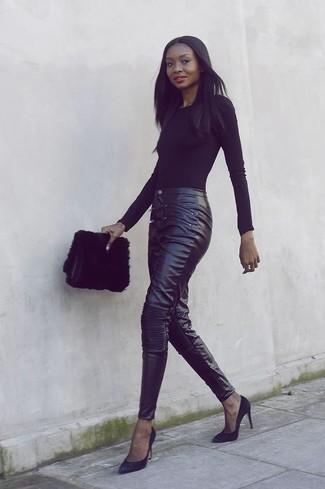 Come indossare: t-shirt manica lunga nera, pantaloni skinny in pelle neri, décolleté in pelle scamosciata neri, pochette di pelliccia nera