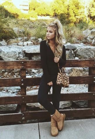 Come indossare e abbinare pantaloni skinny neri: Indossa una t-shirt manica lunga nera con pantaloni skinny neri per un outfit comodo ma studiato con cura. Se non vuoi essere troppo formale, mettiti un paio di stivali ugg marrone chiaro.