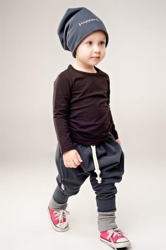 Come indossare: t-shirt manica lunga nera, pantaloni sportivi grigio scuro, sneakers rosse, berretto grigio