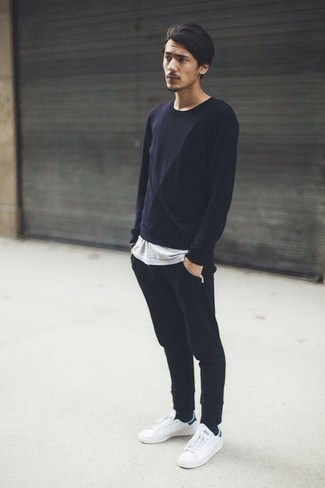Come indossare e abbinare: t-shirt manica lunga nera, t-shirt girocollo grigia, pantaloni sportivi neri, sneakers basse in pelle bianche