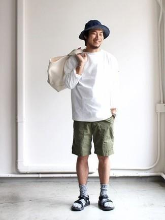 Come indossare e abbinare calzini di lana grigi: Combina una t-shirt manica lunga bianca con calzini di lana grigi per un look perfetto per il weekend. Opta per un paio di sandali in pelle neri per un tocco più rilassato.