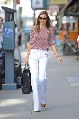 Come indossare e abbinare: t-shirt manica lunga a pois rossa, pantaloni larghi bianchi, sandali con tacco in pelle marroni, borsa shopping in pelle nera