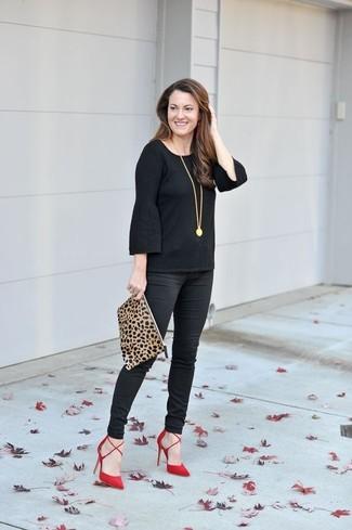 Come indossare: t-shirt manica lunga con volant nera, pantaloni skinny neri, décolleté in pelle scamosciata rossi, pochette in pelle scamosciata leopardata marrone chiaro
