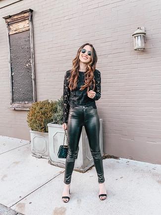 Come indossare: t-shirt manica lunga di pizzo nera, pantaloni skinny in pelle neri, sandali con tacco in pelle neri, borsa a tracolla in pelle trapuntata nera