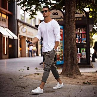 Come indossare e abbinare: t-shirt manica lunga bianca, pantaloni sportivi grigi, sneakers basse bianche, occhiali da sole neri