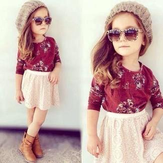 Come indossare: t-shirt manica lunga rossa, gonna di pizzo bianca, stivali marrone chiaro, cuffia beige