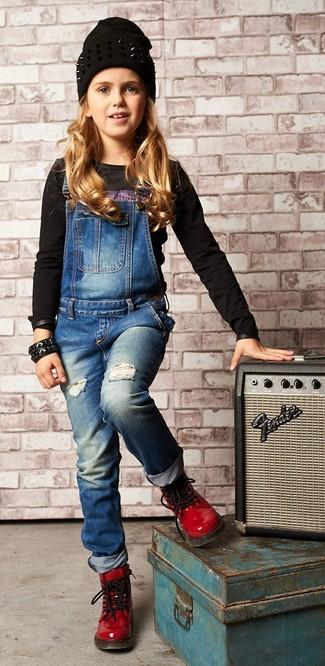 Come indossare e abbinare: t-shirt manica lunga stampata nera, salopette di jeans blu, stivali in pelle rossi, cuffia nero